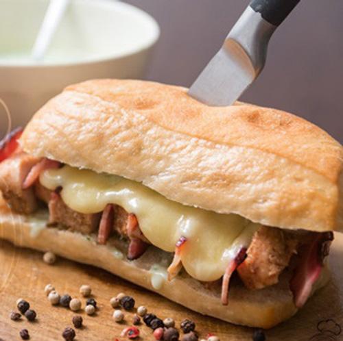 Que tal juntar frango e bacon no mesmo sanduíche?